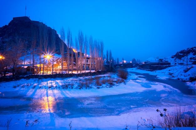 Jolies illuminations nocturnes de la superbe citadelle de kars. turquie