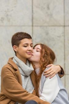 Jolies jeunes femmes ensemble amoureux