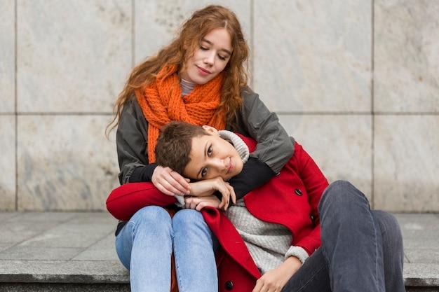 Jolies jeunes femmes ensemble en plein air