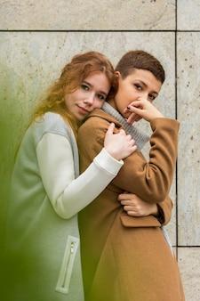 Jolies jeunes femmes posant ensemble