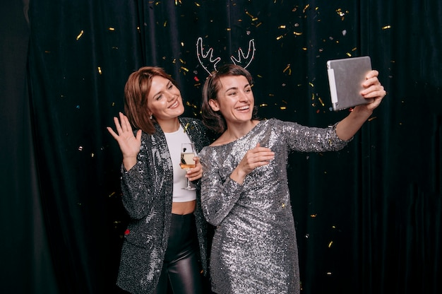Jolies jeunes filles prenant un selfie