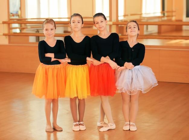 Jolies petites ballerines en studio de danse