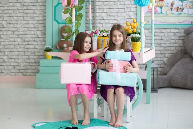 Jolies petites filles en robes sur fond de vacances