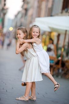 Jolies petites filles souriantes avec des sacs