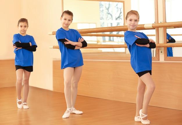 Jolies petites filles en studio de danse