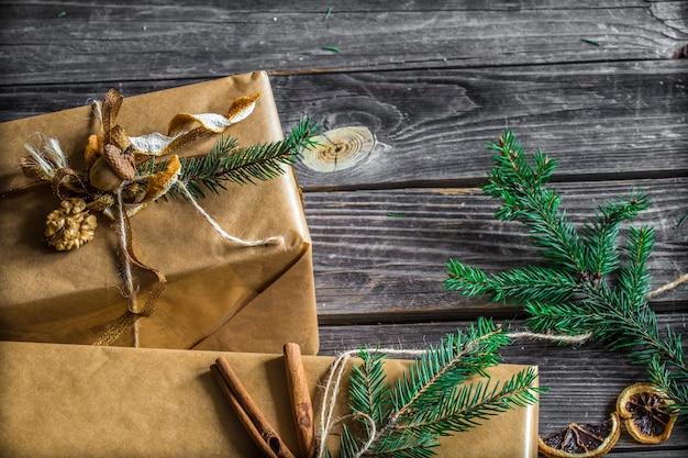 Joliment emballé avec un cadeau sur un mur en bois