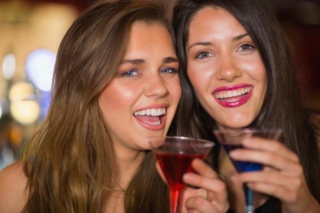 De jolis amis boivent des cocktails ensemble