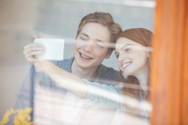 Jolis étudiants derrière une vitre
