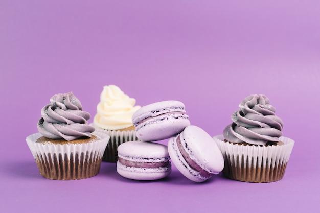 Jolis macarons près de cupcakes