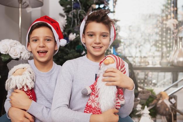 Jolis petits frères jumeaux célébrant noël à la maison
