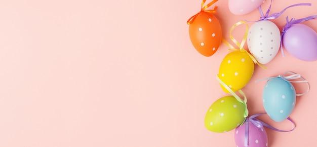 Jolis petits oeufs colorés sur rose