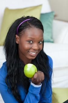 Jolly femme mange une pomme