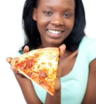 Jolly teen fille tenant une pizza