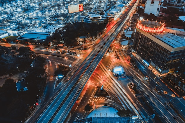 Jonction d'autoroute occupée dans le centre-ville de métropole la nuit