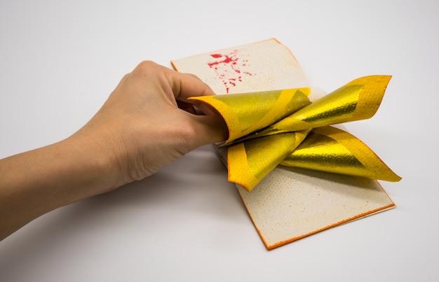 Joss paper tradition chinoise pour les esprits de l'ancêtre décédé, isolé on white