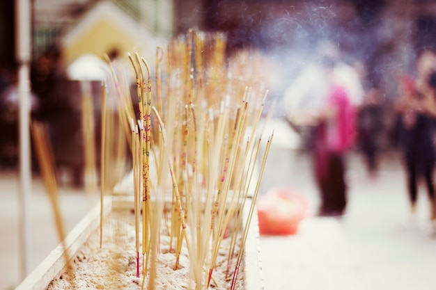 Joss sticks temple priant asiatique
