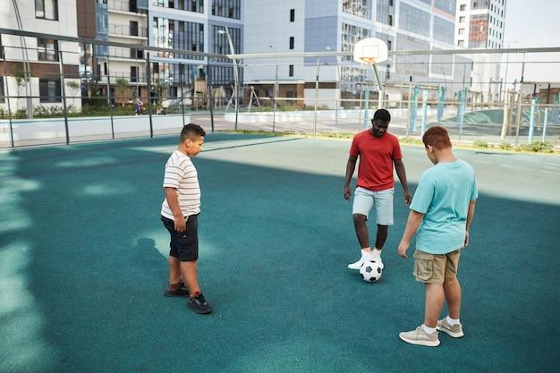 Jouer au football avec frère aîné