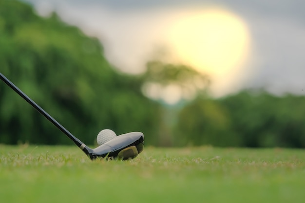 Jouer au golf se préparant à tirer un homme mettant le vert