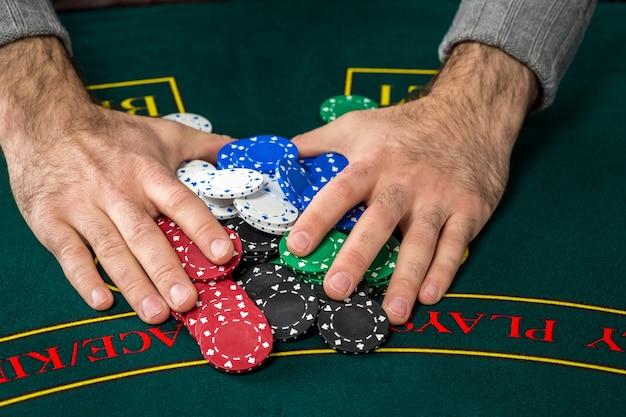 Jouer Au Poker. Jetons Sur La Table Verte. Puces Dans Les Mains Des Hommes Photo Premium