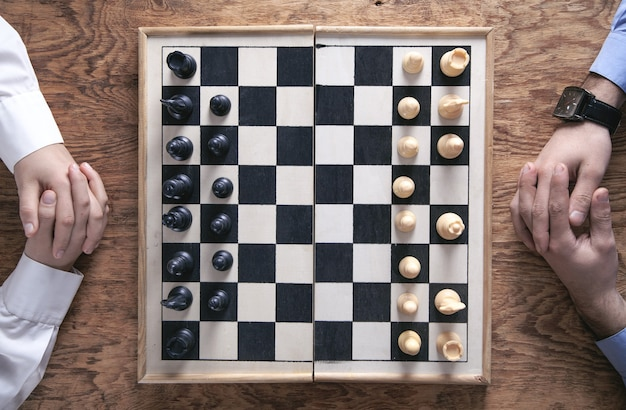 Jouer aux échecs. concept de stratégie de concurrence