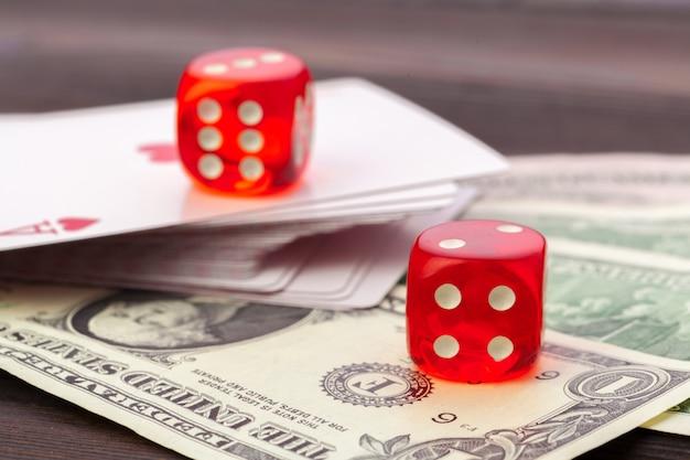 Jouer aux dés et à la pile de factures en dollars américains.