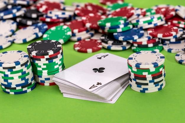 Jouer à la carte avec des jetons sur le casino en gros plan