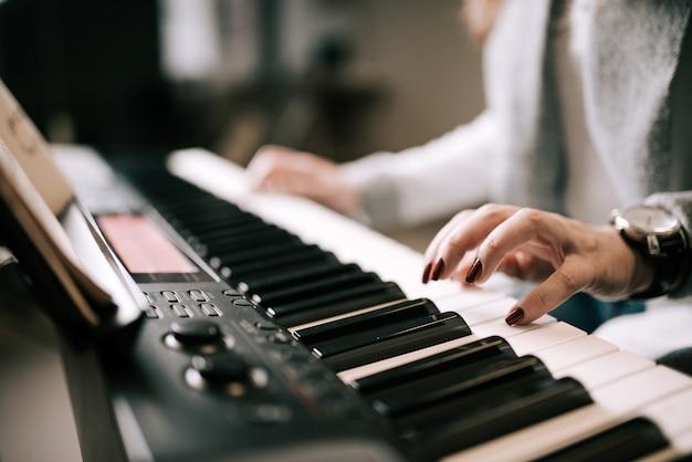 Jouer du piano. fermer.