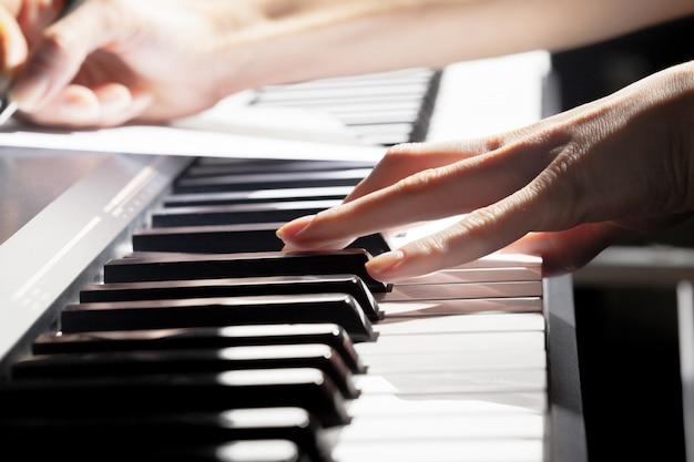 Jouer du piano. fermer
