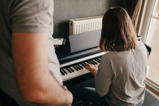 Jouer du piano mains de personne caucasienne jouant sur le piano. concept de loisirs.