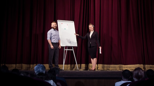 Jouer avec une étudiante oratrice faisant une présentation dans le hall de l'atelier centre d'affaires