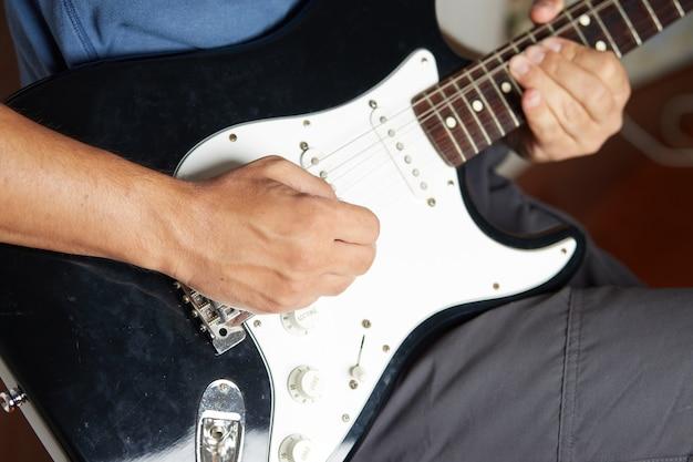Jouer de la guitare de près