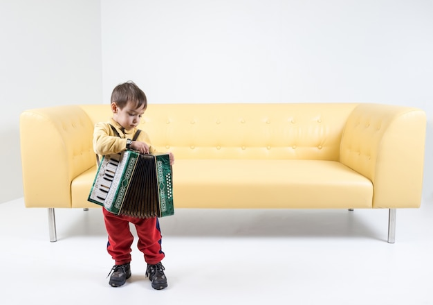 Jouer de l'harmonica par un petit garçon
