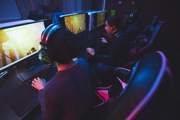 Jouer à un jeu en ligne dans un club informatique