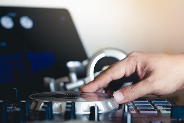 Jouer de la musique sur le tourne-disque vinyle turntable