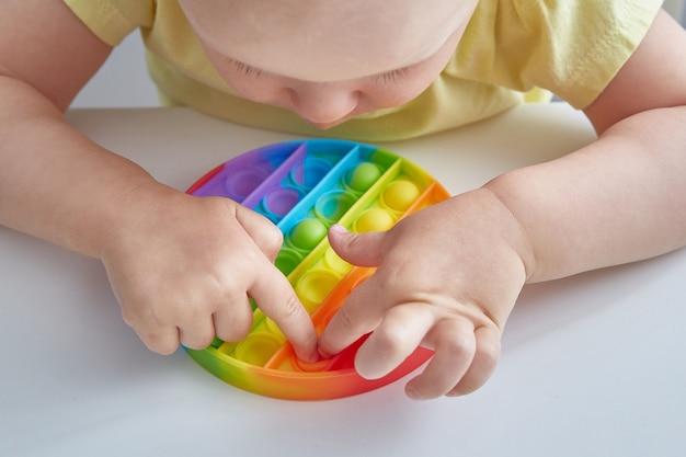Jouet anti-stress pop it close up enfant jouant avec le pop it fidget jouet enfance heureuse jeux éducatifs populaires