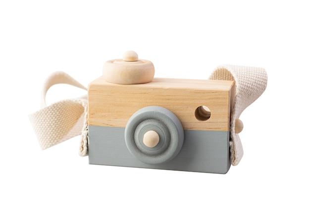 Jouet appareil photo en bois isolé sur fond blanc.