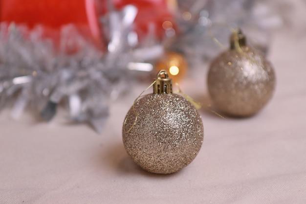 Jouet arbre de noël une boule de vacances solitaire sur une corde sur la surface floue de table