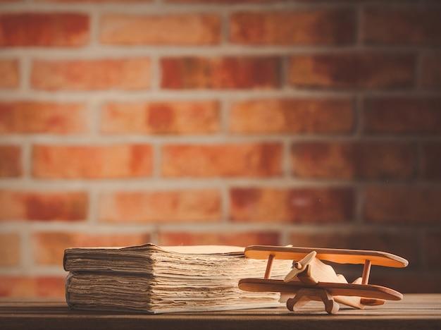 Jouet d'avion en bois vintage et vieux livres