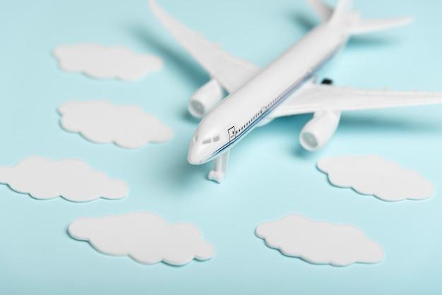 Jouet d'avion grand angle sur fond bleu