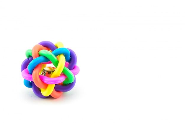Jouet balle chien coloré isolé sur fond blanc