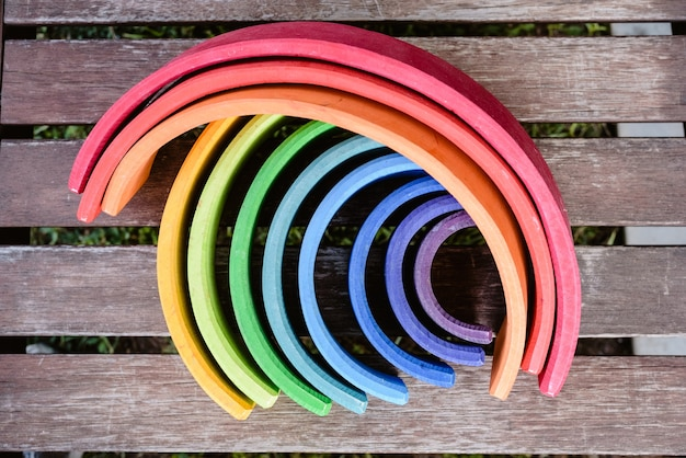 Jouet en bois avec beaucoup de couleurs pour apprendre aux enfants