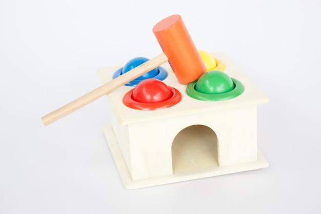 Jouet en bois à marteaux coloré sur table blanche