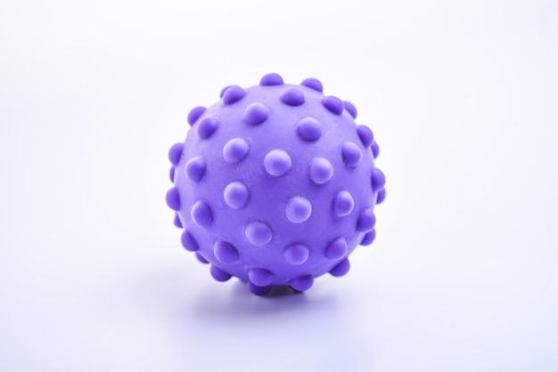 Jouet boule hérissée isolé lumineux coloré violet, macro