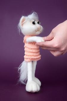 Jouet chat blanc. feutre à la main