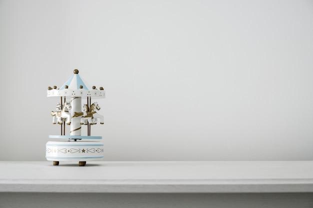 Jouet de cheval carrousel sur blanc décor à la maison armoire vintage