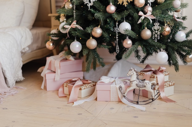 Jouet cheval vintage et un cadeau sous un arbre de noël