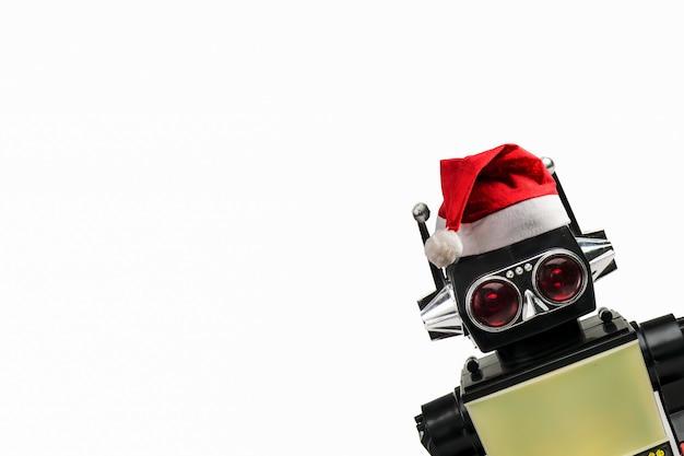 Jouet classique rétro robot vintage avec un chapeau de noël sur fond blanc