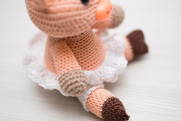 Un jouet de cochon tricoté pour un enfant. symbole de la nouvelle année