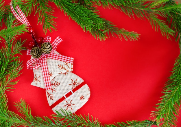 Jouet de décoration de noël sur le rouge. vue de dessus, pose à plat, surface. carte de voeux