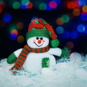 Jouet décoré d'un bonhomme de neige. photo avec une copie de l'espace